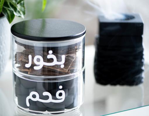 صورة  جرتين زجاجيتين متعامدتين بغطاء أسود