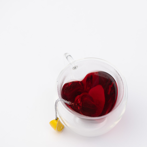 صورة كأس زجاجي من طبقتين على شكل قلب الحب مع عروة